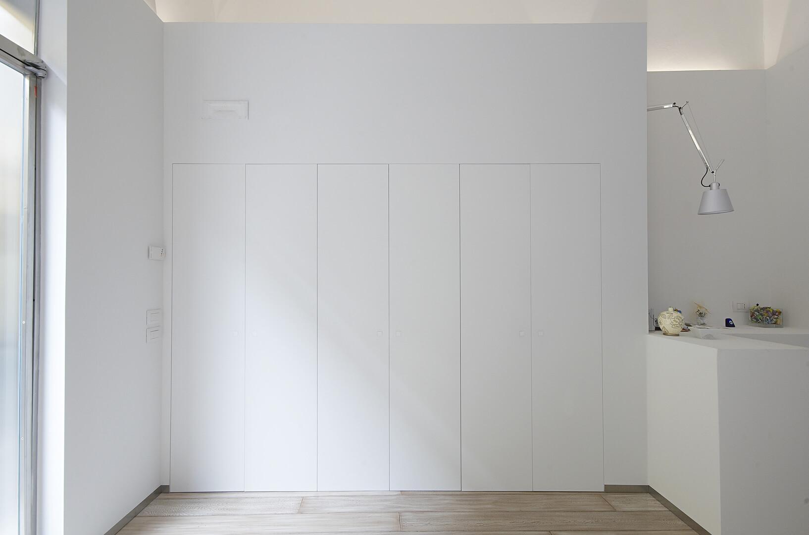 foto di armadio filomuro con ante alte chiuse