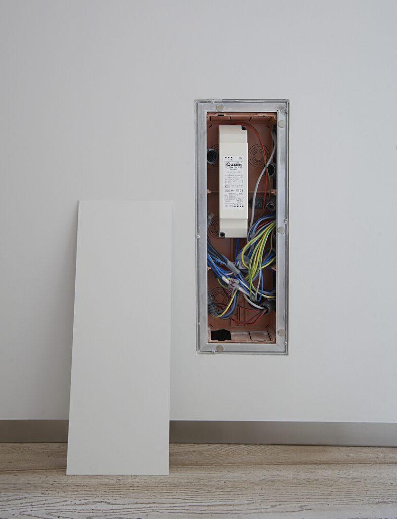 foto di armadio filo muro aperto in negozio