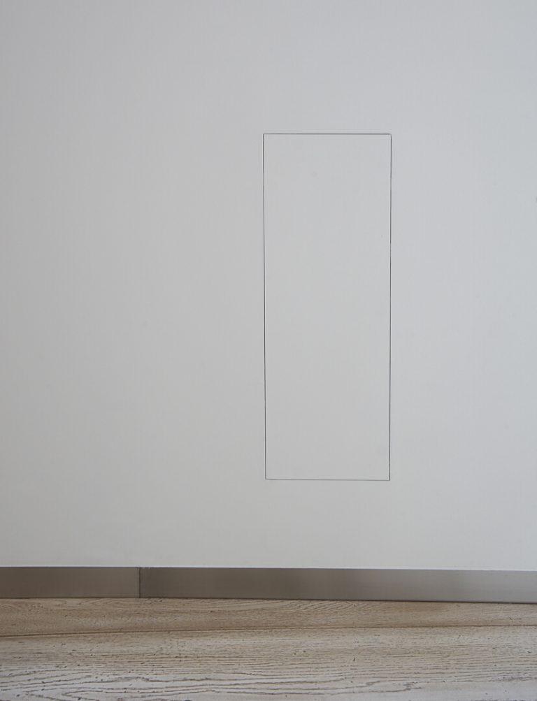 foto di armadio filo muro chiuso in negozio