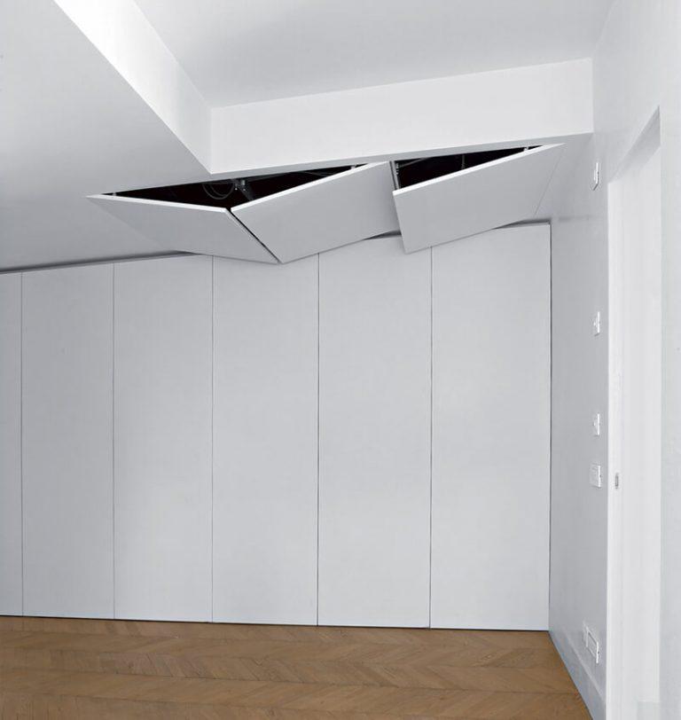 foto di botole a soffitto aperte con ante combinate