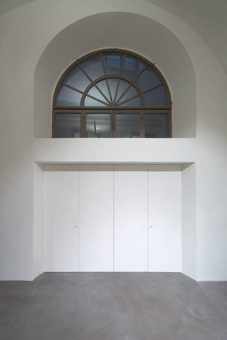 foto chiusura invisibile per porta di ingresso