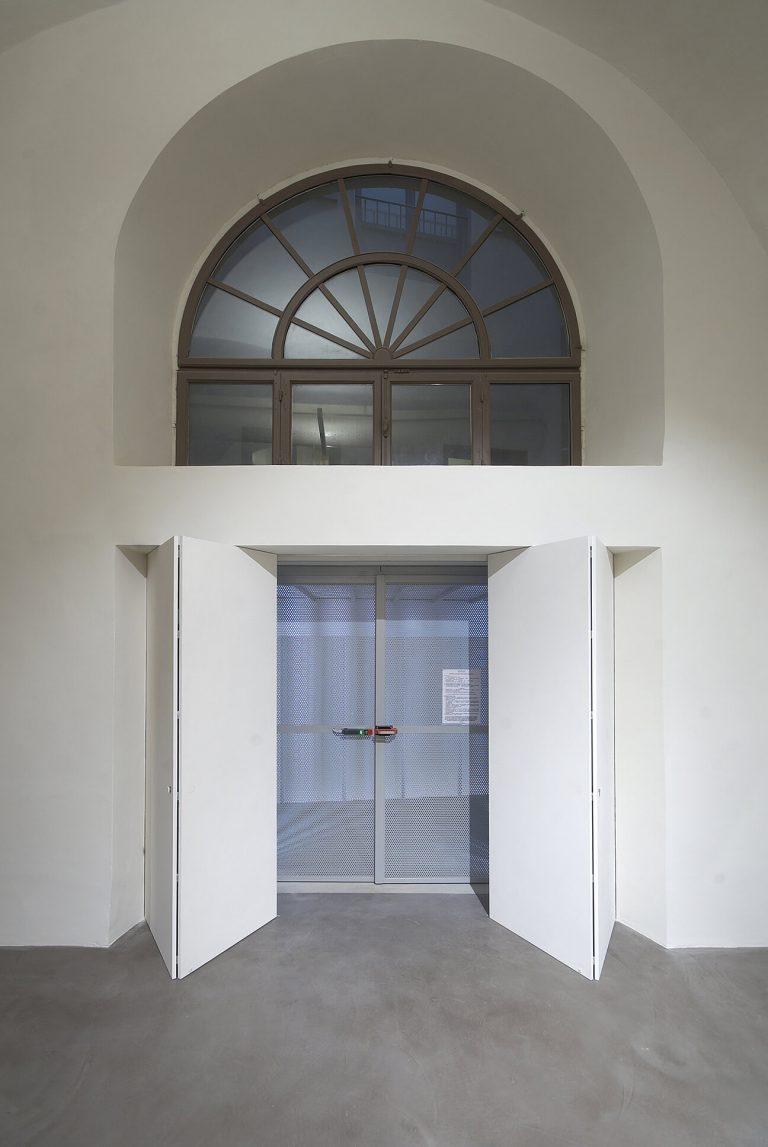 foto chiusura invisibile per porta di ingresso aperta
