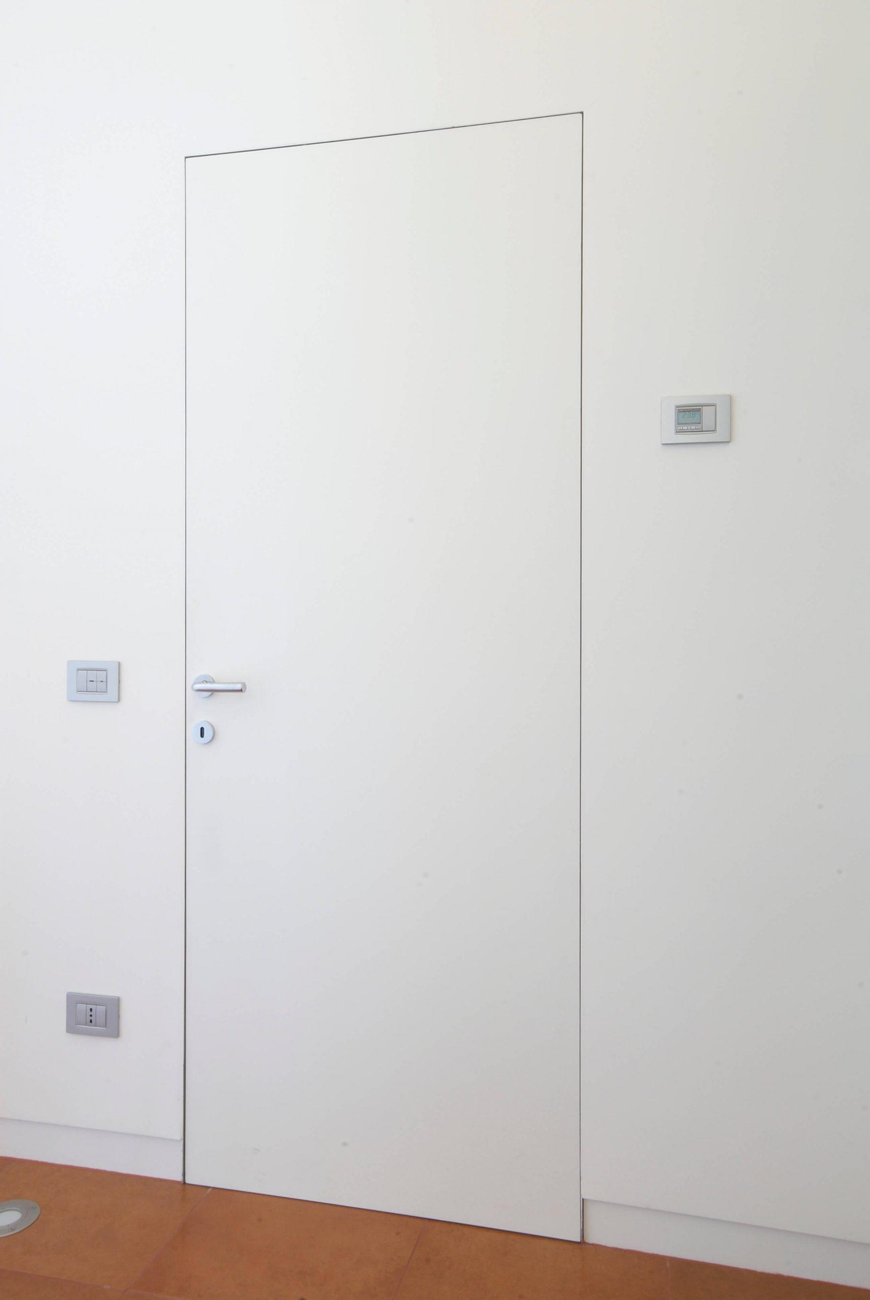 foto porta filo muro chiusa sul lago maggiore