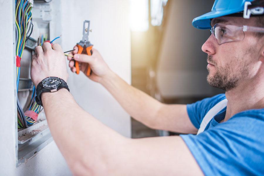 foto di elettricisti soluzioni rasoparete